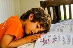 dziecko zasypia nad książką